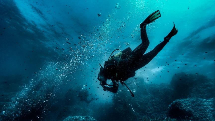 A diver tries to equalize during descent - Golfe Juan, France